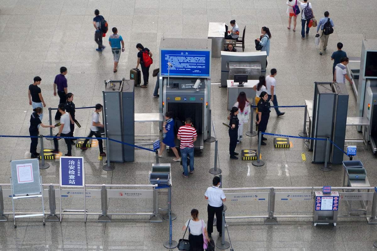 旅客欲携10万元人民币出境被机场安检截获
